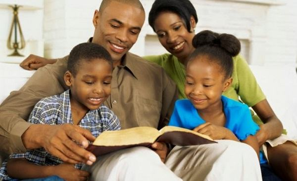 Dicas de como fazer culto doméstico com crianças e adolescentes